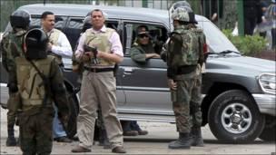 د مصر دفاع وزیر حسین طنطاوي د یکشنبې په ورځ د تحریر میدان ته له ټینګو امنیتي تدابیرو سره ورغی .