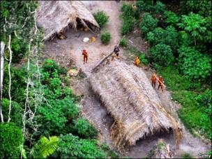 تصویری از هلی کوپتر از قبایل بومی برزیل که تا کنون با انسانها ارتباط نداشته اند
