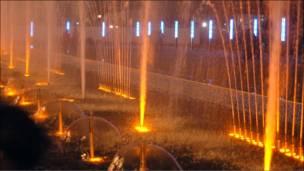 Vòi nước bên ngoài tòa nhà quốc hội Kinshasa