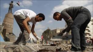 مردم در حال تمیز کردن میدان تحریر در قاهره