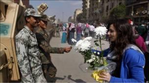 دختر مصری به سرباز ارتش گل می دهد