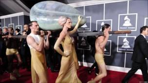 Lady Gaga llega metida en un huevo