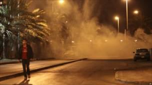 بحريني يمر بالقرب من دوار اللؤلؤة