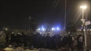 Cảnh sát tập trung tại một bùng binh sau khi giải tán người biểu tình