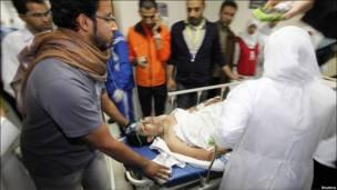 Một người bị thương được đưa vào bệnh viện