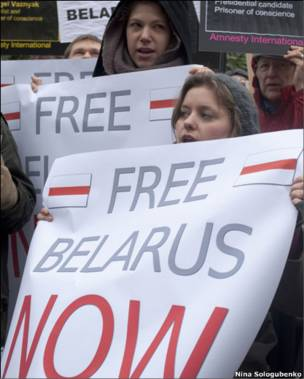 Митинг у белорусского посольства в Лондоне (фото Нины Сологубенко)