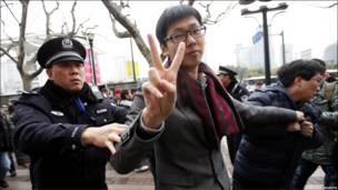 上海警方抓走和平示威者
