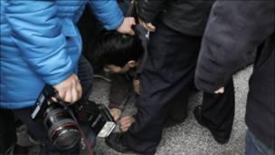 北京便衣警察把示威者按倒在地