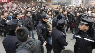 北京警方要求人群离开王府井麦当劳