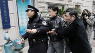 上海警方带走一名示威者