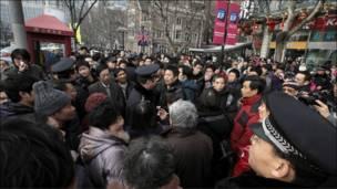 上海警方要求民众离开现场