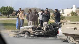 مجموعة من الشباب تجمعت حول مركبة محترقة في بنغازي