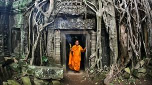 Монах в будийском храме