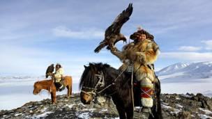 Монгольские охотники с орлом-беркутом