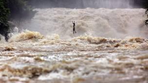 Рыбак пересекает  реку Меконг