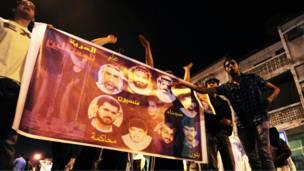 اشتباكات بين متظاهرين وشرطة مكافحة الشغب في قرية العوامية بمدينة القطيف شرقي السعودية