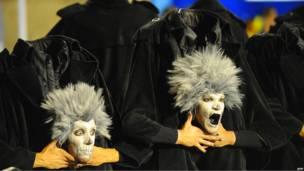 Участники карнавала в костюмах зомби без головы