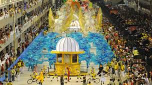 Зрители наблюдают за карнавалом в Рио