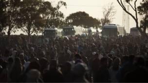 لاجئون في معسكر حدودي