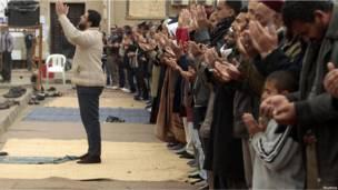 Люди молятся во время антиправительсвтенной акции протеста в Бенгази