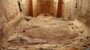 د درېیم بودا مجسمه چې د اوومې پېړۍ په نیمايي کې کشف شوې ده، شاوخوا ۱۰۰۰ فوټه اوږدوالی لري او د درې په غولي پرته ده .