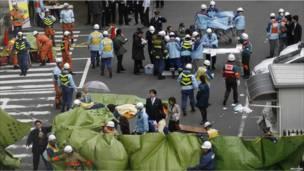 عمال انقاذ يابانيون