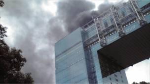 الدخان يتصاعد من احدى البنايات المتضررة في طوكيو
