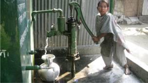 طفلة بنغالية تستخدم مضخة لجلب المياه لأسرتها في قرية اوشبارا باقليم كوميلا
