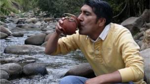 مواطن اكوادوري يروي عطشه من المياه النقية التي يحملها أحد الانهار بالقرب من قريته