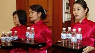 فتيات يقدمن زجاجات من المياه لزوار اللجنة المركزية للحزب الشيوعي الفايتنامي كنوع من التقدير لهم