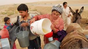 مواطنون في منطقة الحسكة شمال سورية يجمعون مياه الأمطار من مناطق نائية ويحملونها على ظهور الحمير