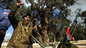 بنغازي – لېبیايي مخالف د قذافي د نظام پرضد د لوېديځ د مداخلې هرکلی کوي . د یکشنبې پر ورځ د قذافي پر ودانیو تر برید وروسته مخالف ځواکونه اجدابیا ښار ته وخوځېدل .