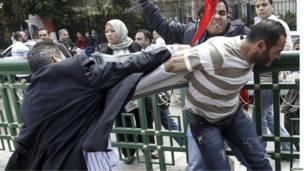 Столкновения между сторонниками и противниками Каддафи в Каире