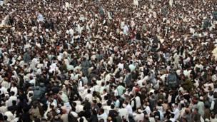د نوي ۱۳۹۰ هجري لمريز کال د لومړۍ ورځې د لمانځنې په ویاړ د هلمند په لښکرګاه کې شاوخوا ۱۰۰۰۰ کسان راغونډ شوي ول. په مراسمو کې د ناټو ګڼ سرتېري هم لیدل کېدل، خو امنيتي چارې یې افغان پوځيانو نیولې وې  (ټول انځورونه مسعود پاپولزي اخیستي/بي بي سي)
