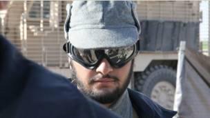 د افغان اردو یو سرتېری له لښکرګاه ښار بهر ته په الوتکه کې د امنیت نیولو لپاره چمتووالی نیسي . پولیس له طالبانو سره د مخامخېدا پرمهال د مناسبو او اړينو پوځي توکو له نشتوالي شکایت کوي .