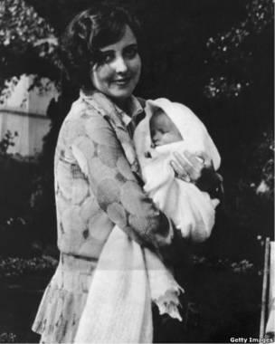 Элизабет Тэйлор на руках своей матери Сары