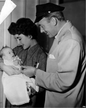 Элизабет Тэйлор с актером Майклом Уайлдингом и сыном Майклом