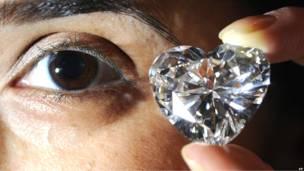Сотрудница аукциона Christie's демонстрирует бриллиант