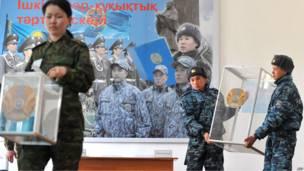 Казахские солдаты устанавливают урны для голосования