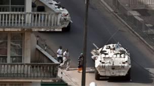 قوات الأمم المتحدة تجلي مدنيين من أبيدجان