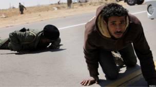 Ливийские мятежники падают на землю