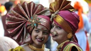 Две индианки в традиционных костюмах