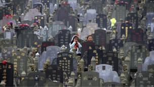 Китайские дети между могилами