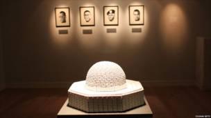 د  ''دردونو استوګن ځای'' په نامه د الاقصی جومات مجسمه چې د هنرمند مجد عبدالحمید په لاس جوړه شوې او په لندن کې د موزایک رومز په کوربنۍ نندارې ته وړاندې شوې ده.