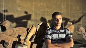 هنرمند عبدالله الرزي، له خپل هنري شاهکار ''میکروب'' په مخ کې ولاړ دی، چې د خان یونس د کنډوالو په منځ کې د اوبو ډيګۍ په کې انځور شوې دي.