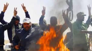 Ливийские повстанцы у костра