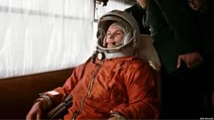 Юрий Гагарин направляется в автобусе на космодром Байконур