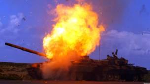 Взрыв танка сил Каддафи после попадания ракеты