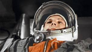 """Гагарин в кабине космического корабля """"Восток"""" перед полетом в космос."""