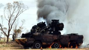 Подбитая повстанцами бронемашина сил Каддафи